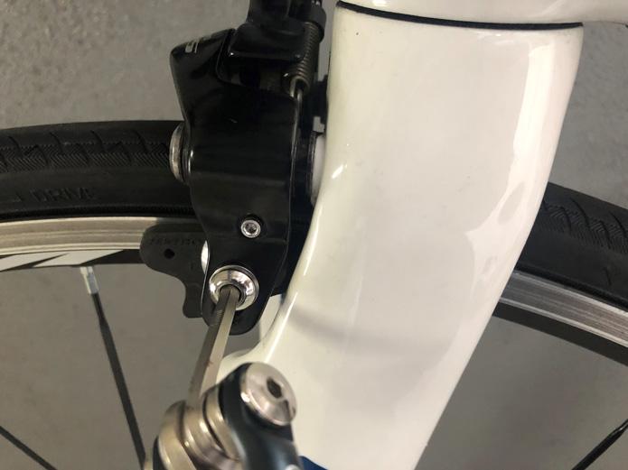 ボルトをしっかりと締め、ブレーキシューを固定する