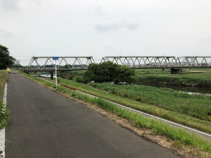 入間川にかかる橋は、入間川側の堤防下に降りて、橋をくぐるように下を走ることができます。