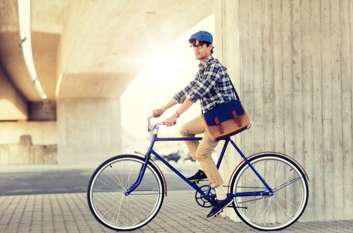 サイクルキャップをかぶった男性