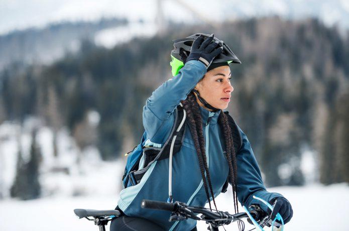 真冬に自転車に乗っている女性
