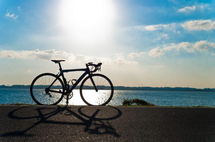 晴天のロードバイクの画像