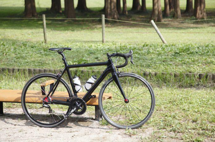 黒いロードバイクの画像