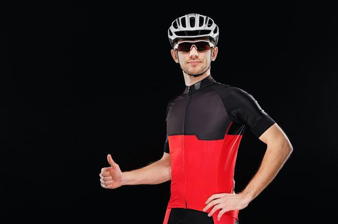 サイクルウェアを着てグッドポーズをとる男性の画像
