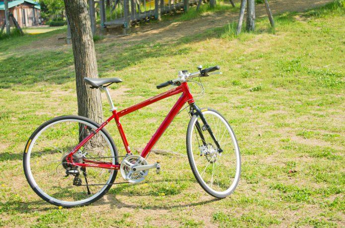 赤いクロスバイクの画像
