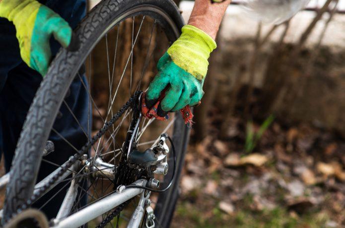自転車のチェーンを磨いている画像