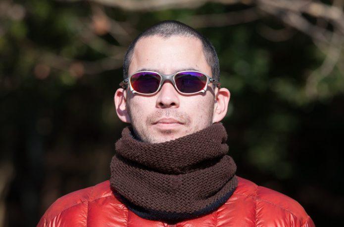 ネックウォーマーを着用した男性の画像