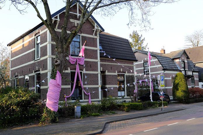 オフィシャルカラーはピンク。街もピンク色に。