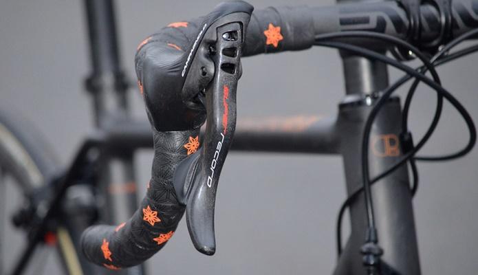 オレンジ色のロゴが映えるスパカズのバーテープの画像