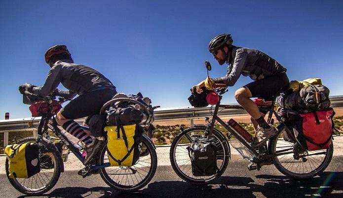 フロントバッグを利用して自転車で走行している画像