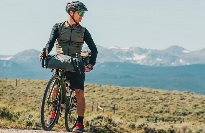ORTLIEBのフロントバッグをつけて、自転車で旅をしている男性の画像