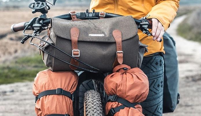 Brooksのフロントバッグとたくさんの荷物を自転車のフロント部分につけいている画像
