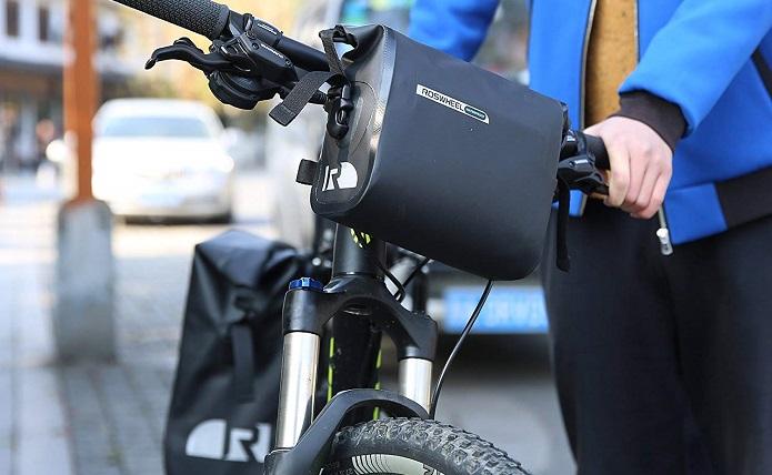 ワイヤーが前に出ているフラットハンドルにも対応しているROSWHEELのフロントバッグ