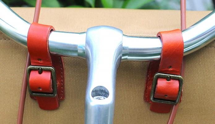 Tourbonのフロントバッグ。ハンドル径にジャストサイズのベルトの画像