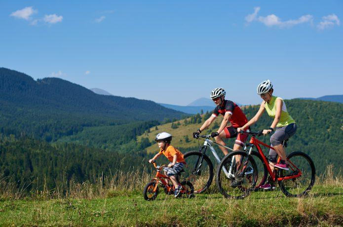 ④おじいちゃんと孫が一緒にサイクリング。