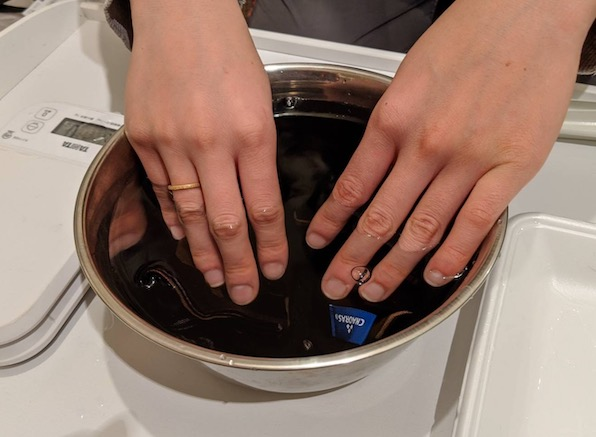 ②ボウルに手ぬぐいを15分間浸す。