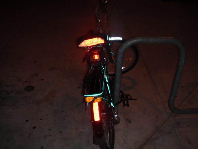 暗くなった時に備えて、ライトや反射板