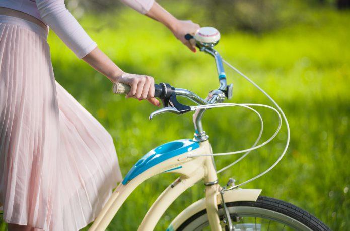 自転車に乗るスカートの女性