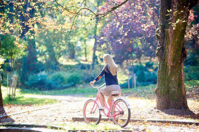 自転車に乗るスカート姿の女性