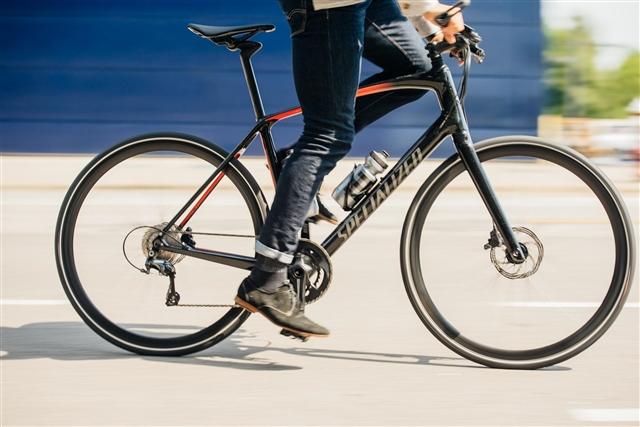 黒色のクロスバイク、かっこいいですよね