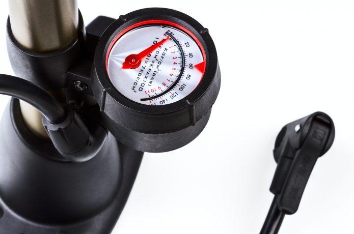 空気圧計付きのポンプで数値を確認