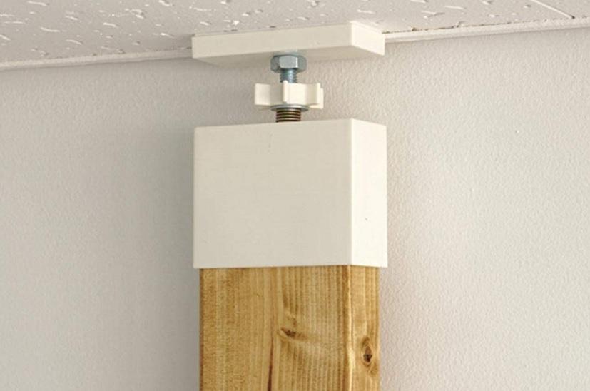 木材を天井・床に固定する