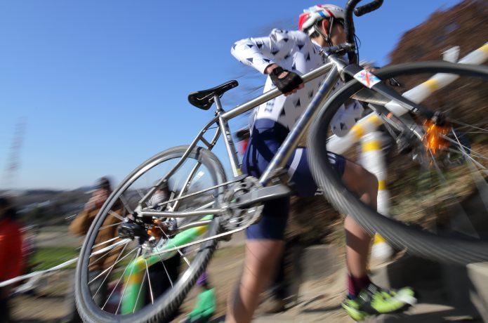 シクロクロスレース 自転車を担ぐことも!泥まみれで駆け抜ける過酷なレース
