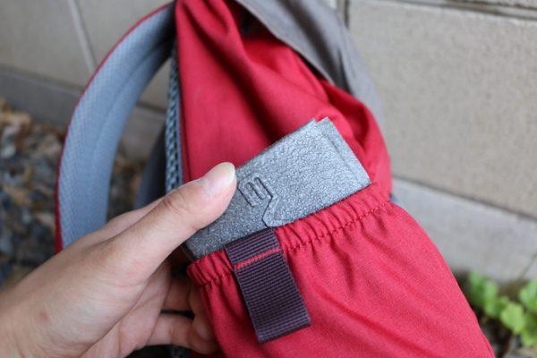 座布団型マットをザックのサイドポケットに収納