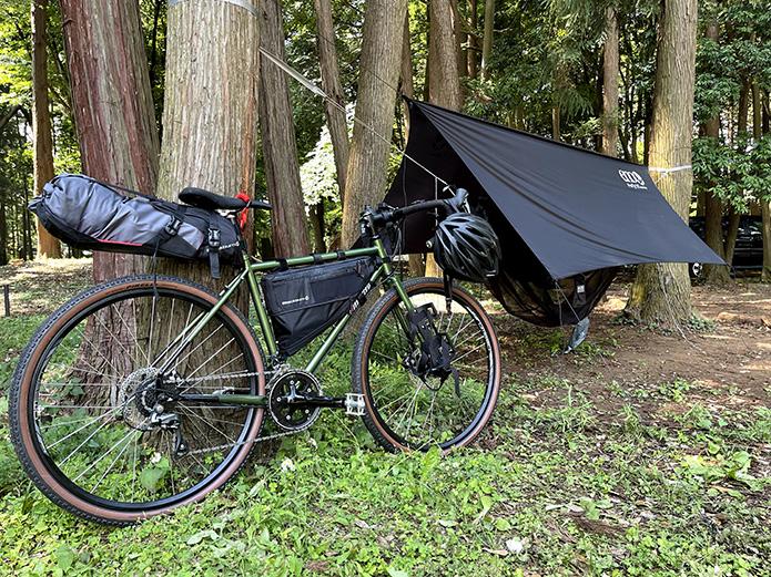 その①:寝袋&テントではなく、『ハンモック』を使う!